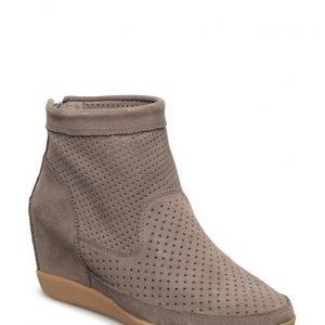 Shoe The Bear Emmy Tau